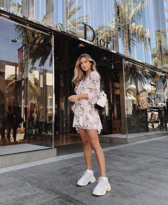 Giày sneakers trắng bí quyết mặc đẹp cho những ngày bận rộn