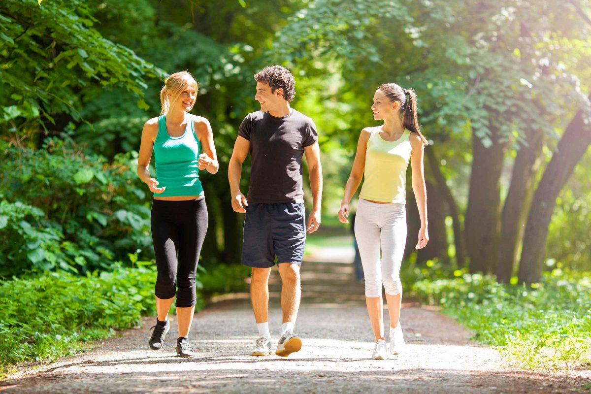 Đi bộ giúp cải thiện tâm trạng và kết nối xã hội