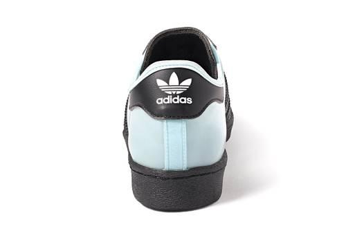 """Adidas Superstar """"Starlight Blue"""" là phiên bản hợp tác mới nhất giữa Blondey McCoy và Adidas, với sắc xanh tương phản với dây đỏ ấn tượng"""